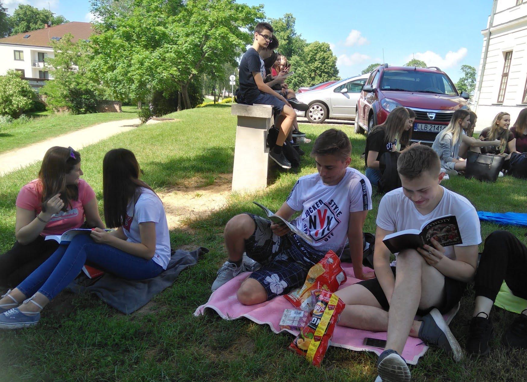 Uczniowie RCEZ po raz kolejny czytają na skarpie przy Pałacu Sanguszków