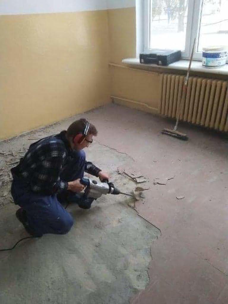 Zajecia-praktyczne-remontujemy-szkolne-pomieszczenia3