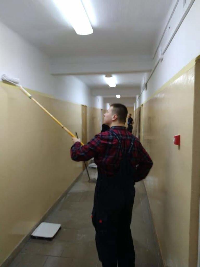Zajecia-praktyczne-remontujemy-szkolne-pomieszczenia5